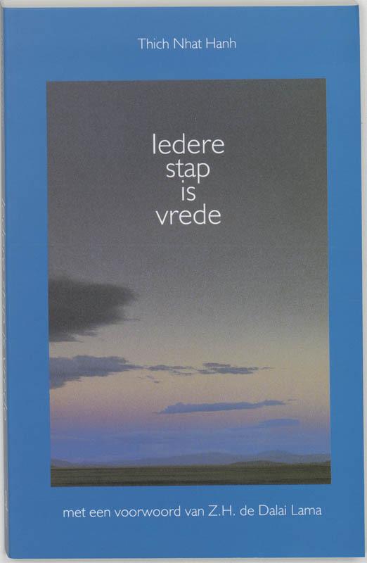De voorkant van het boek met de titel : Iedere stap is vrede